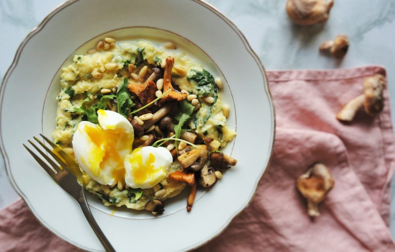 creamy spinach polenta with mushrooms and runny egg